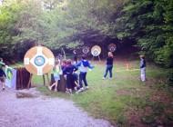 Bambini dell'oratorio che tirano con l'arco