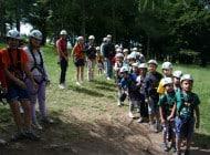 Bambini di scuola elementare in gita al parco avventura