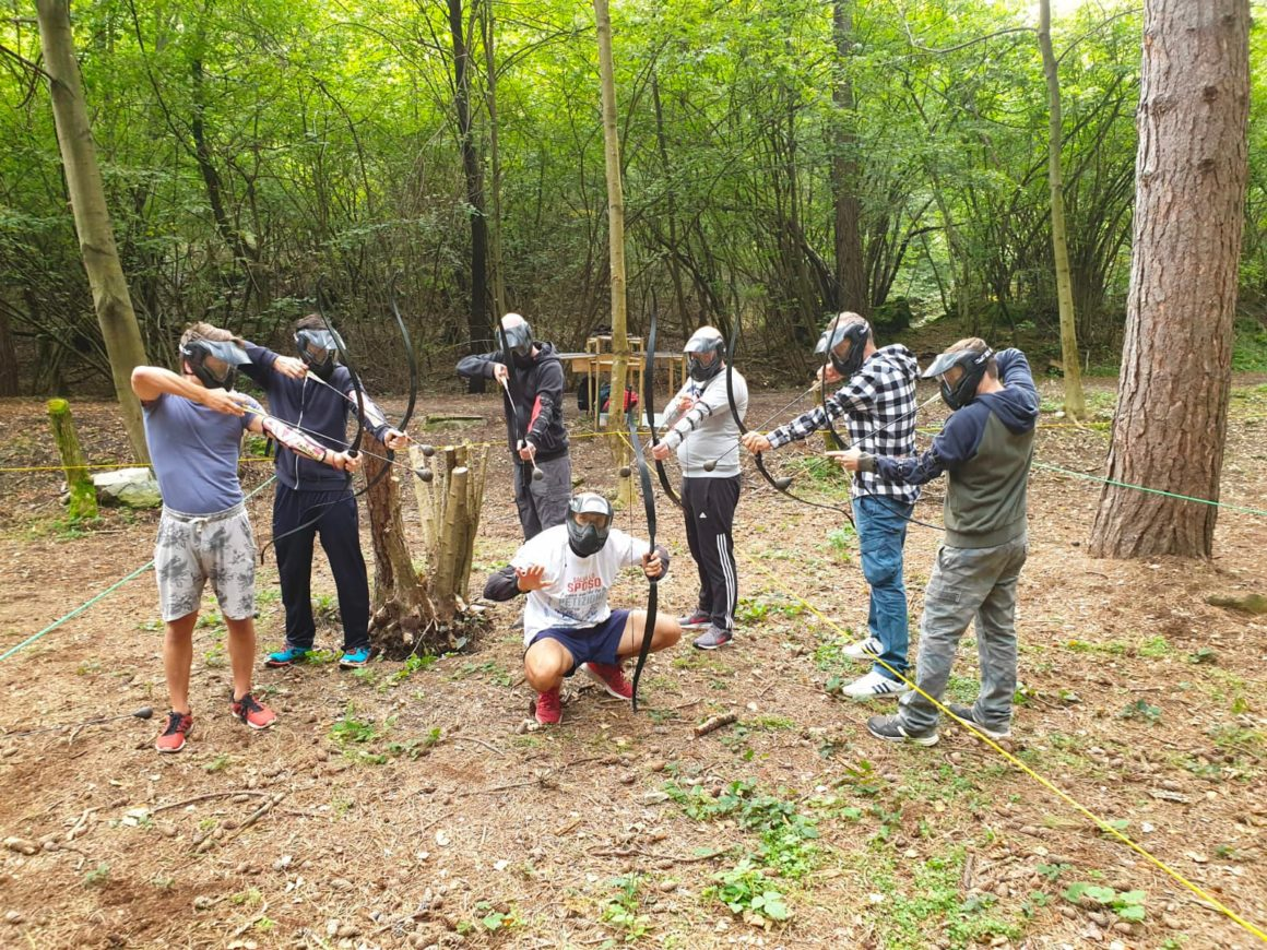 Addio al celibato con sfida di archery combat nel bosco a Civenna