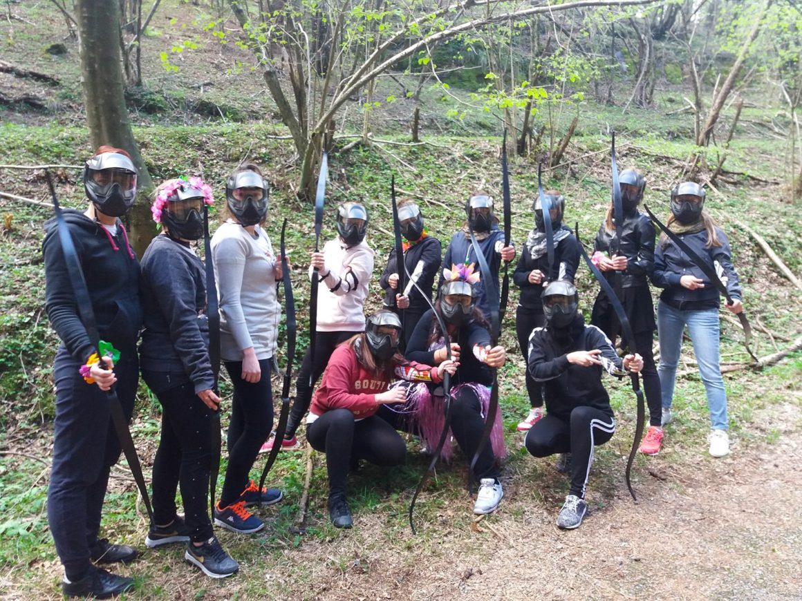 Addio al celibato con sfida di archery combat nel bosco vicino a Como