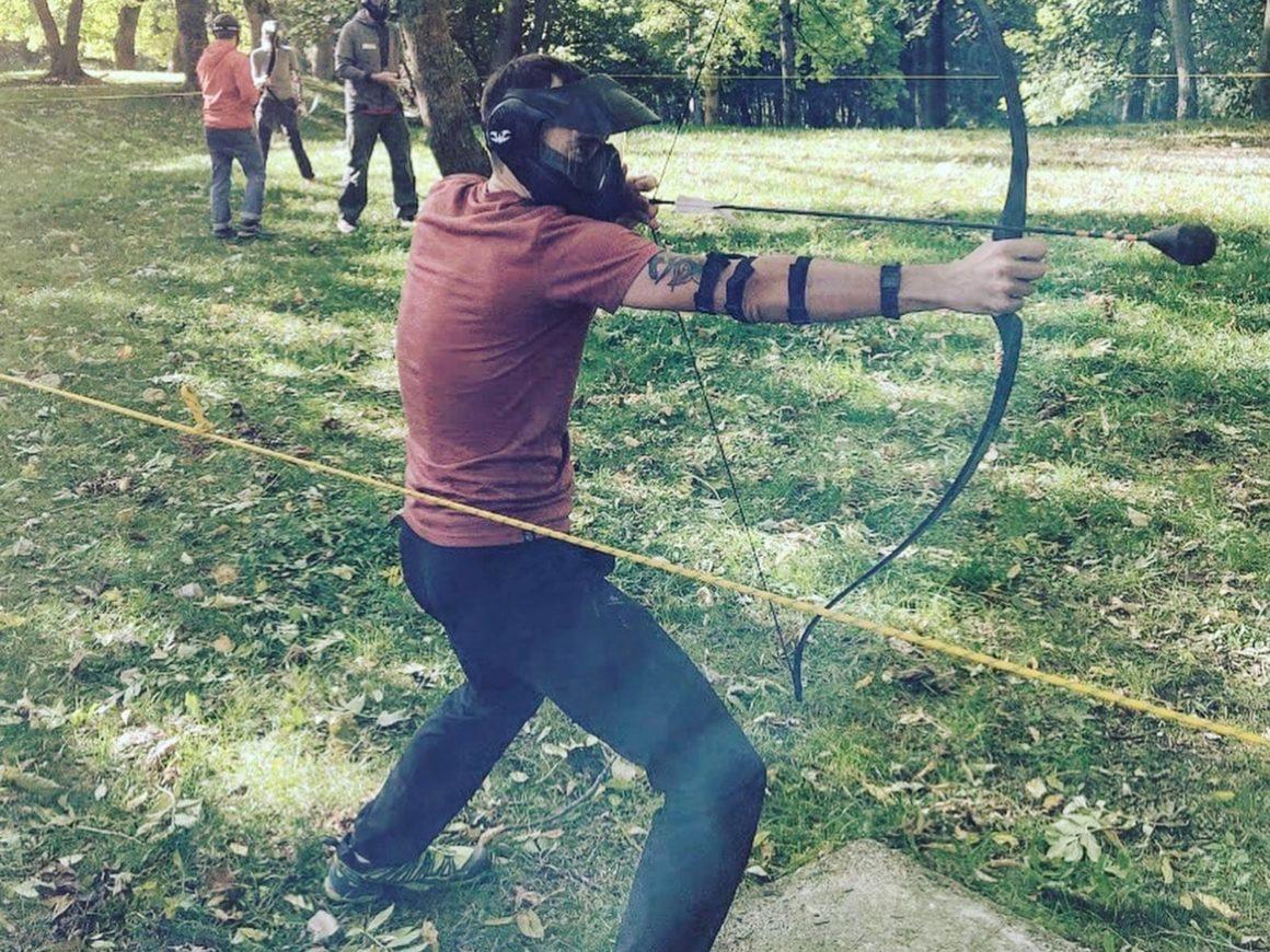 Sfida tra amici con arco e frecce nel bosco park ad Albavilla