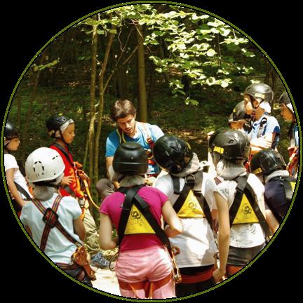 Gita scolastica durante una fase di briefing al parco avventura