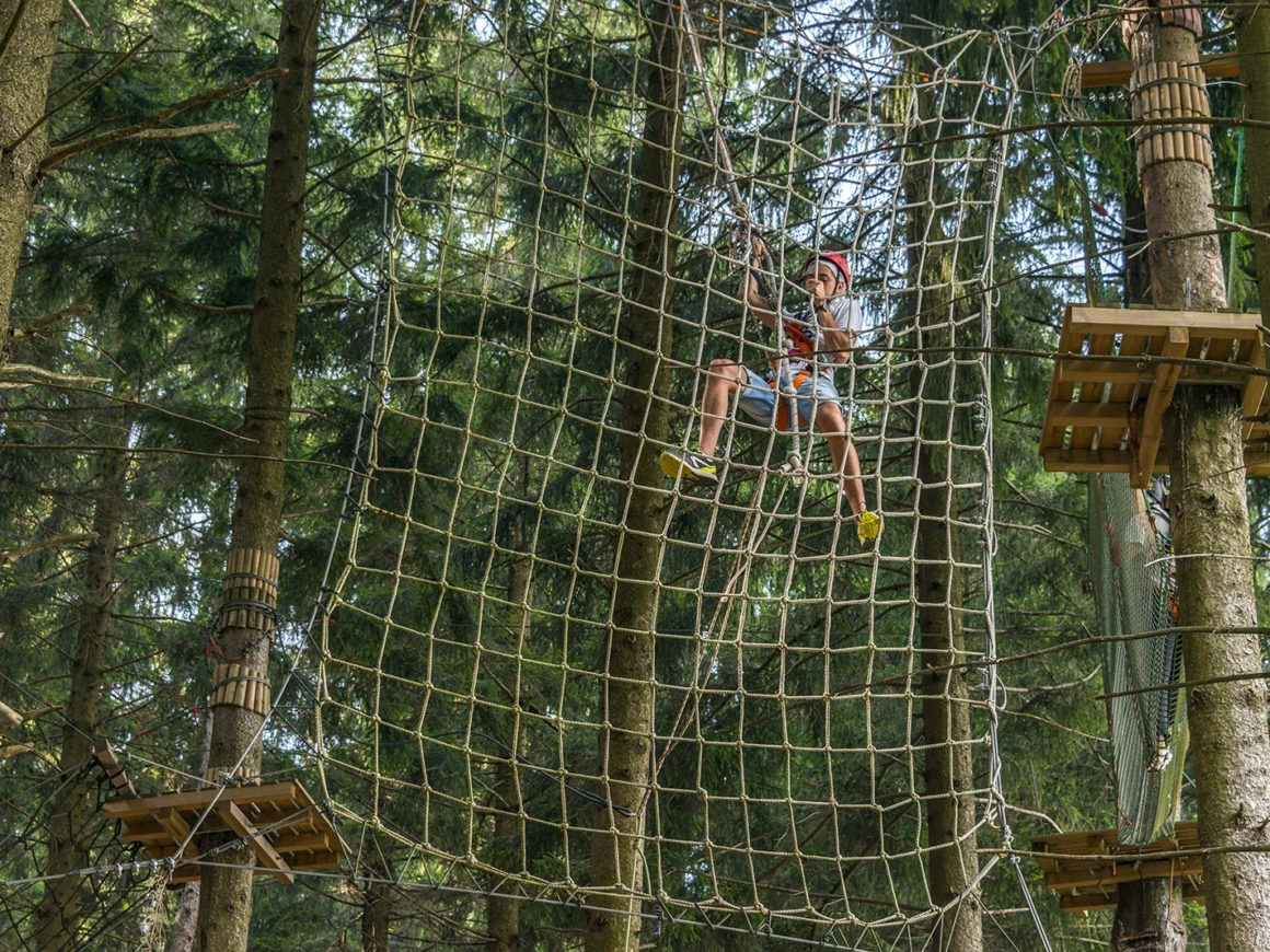 Parete in rete del percorso per adulti al parco avventura in Lombardia