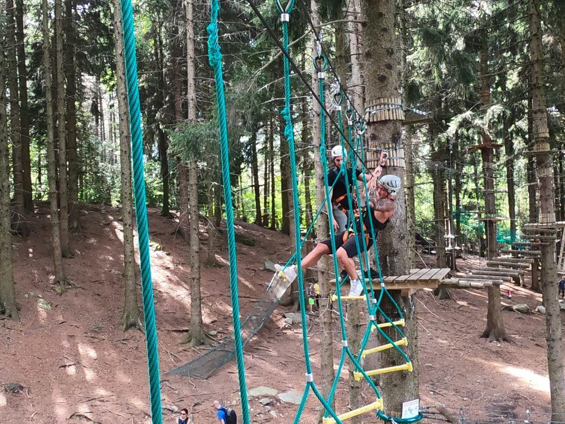 Un alto muro verticale da scalare nel parco divertimenti JRP