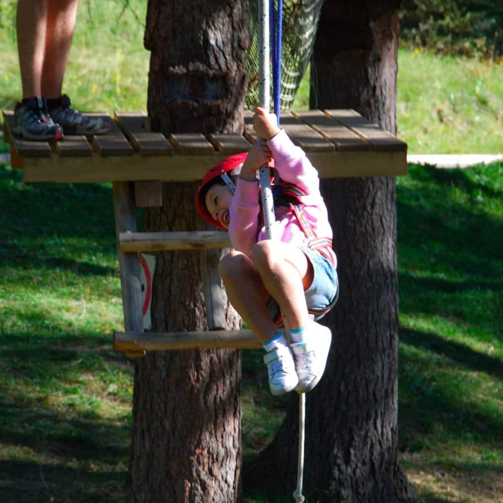 Bimbo si lancia con la teleferica del percorso adatto ai bambini sotto i tre anni