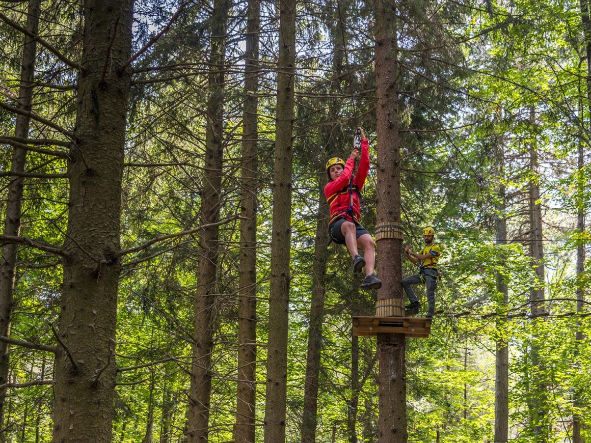 Emozionante teleferica sospesa tra gli alberi al parco avventura di Civenna