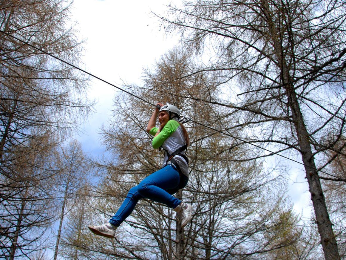 Salto con carrucola del percorso per adulti nel parco avventura a Margno