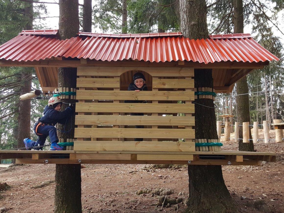 Casetta sull'albero nel parco divertimenti per famiglie a Lecco
