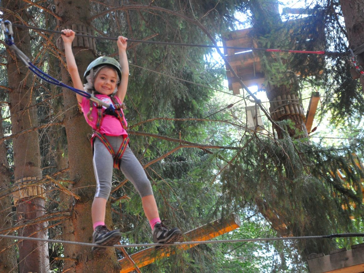Percorso ad ostacoli per bambini al parco divertimenti