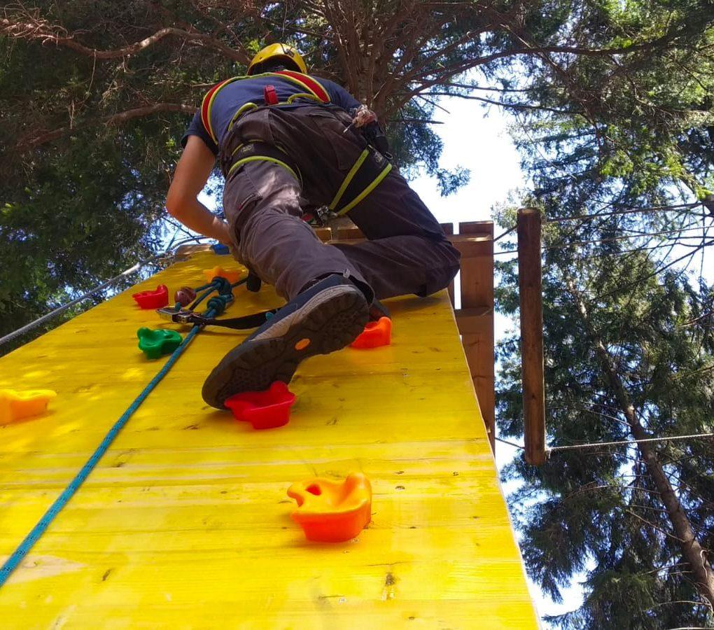 Ragazzo scala un ostacolo del percorso Raffica al JRP di Civenna