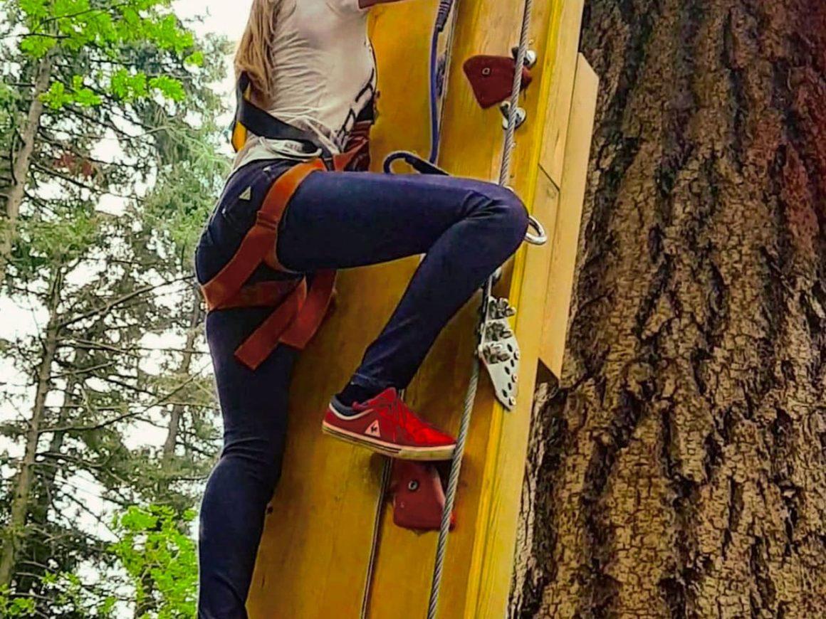Ragazza scala un ostacolo del percorso di albering ad Albavilla