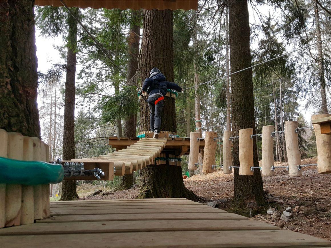 Passerella per bambini piccoli al parco avventura