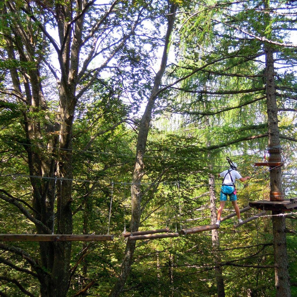 Passaggio con  corde nel percorso per famiglie del parco avventura a Margno