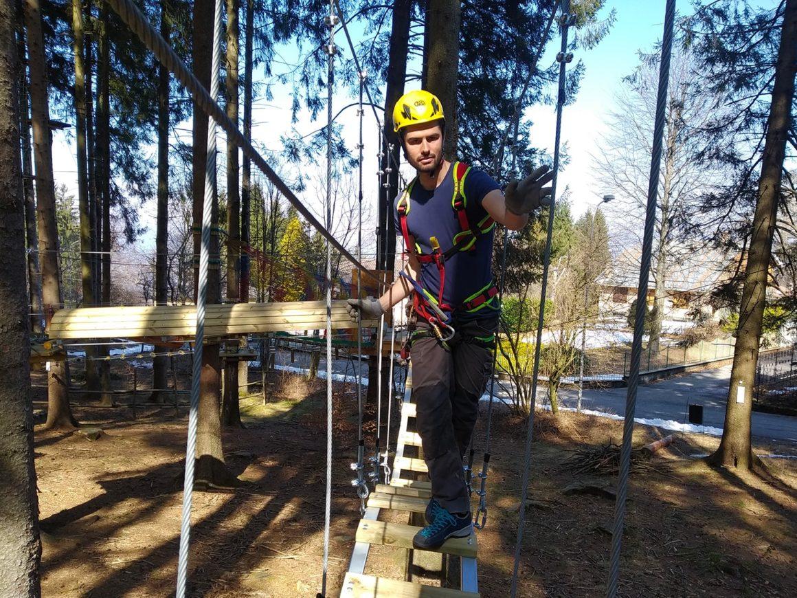 Passaggio tra gli alberi al parco divertimenti di Civenna