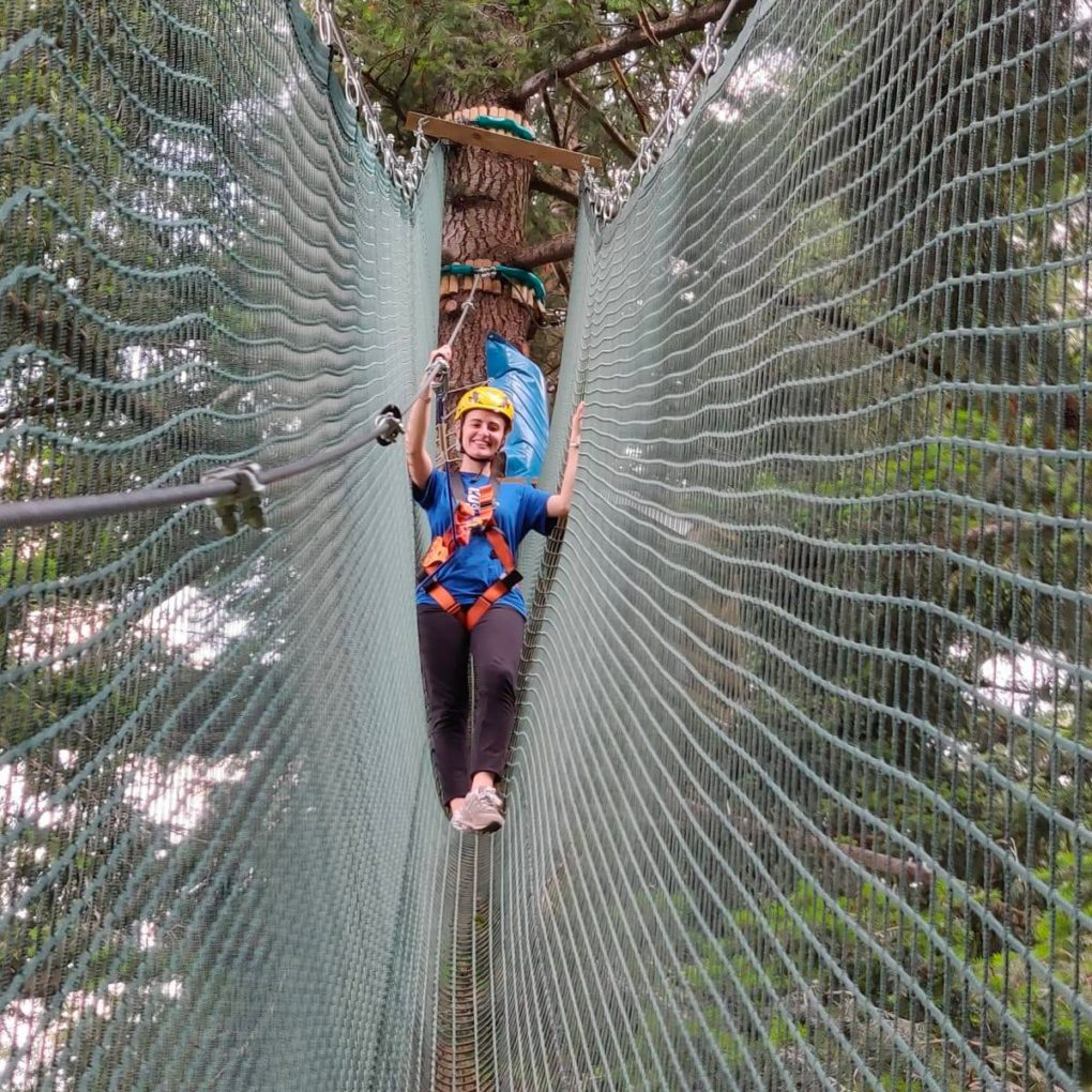 Percorso sugli alberi nel parco avventura per adulti.