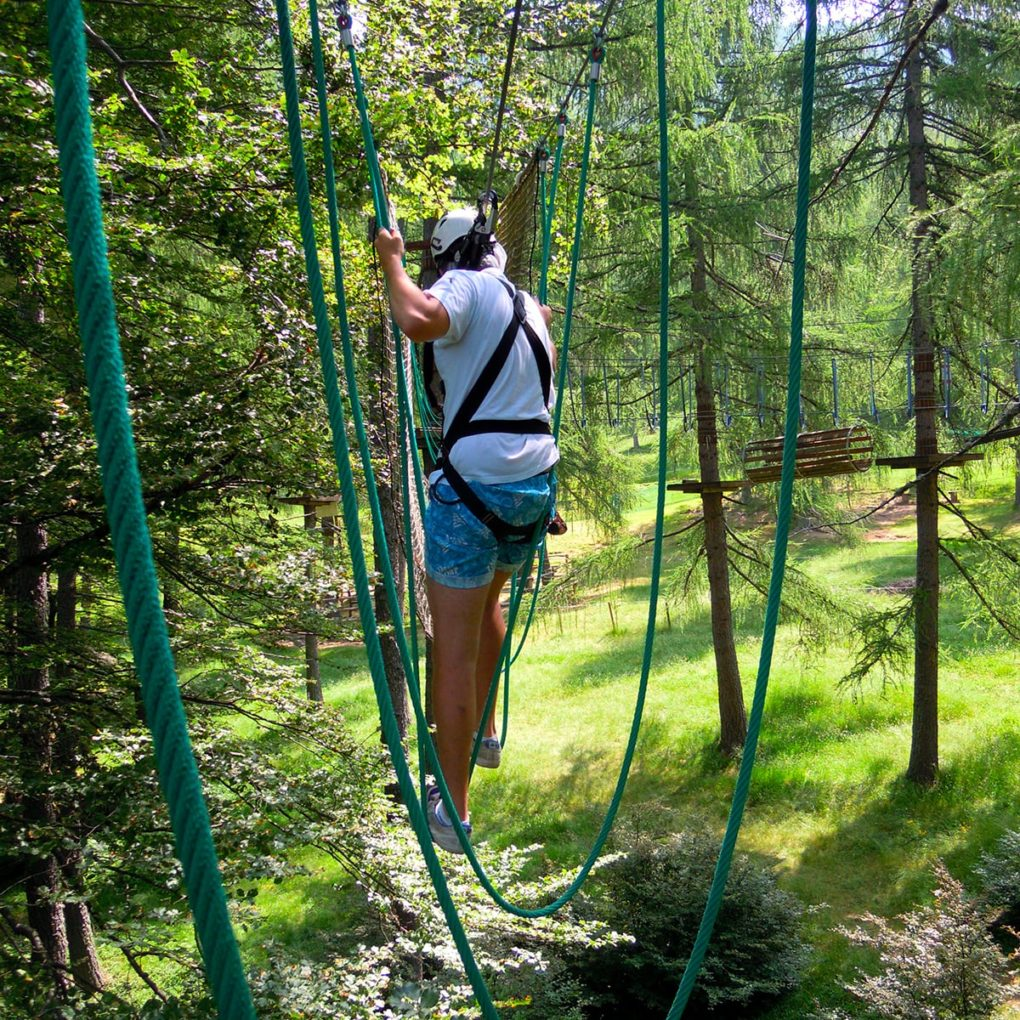 prova di equilibrio nel percorso per famiglie del parco avventura a Margno