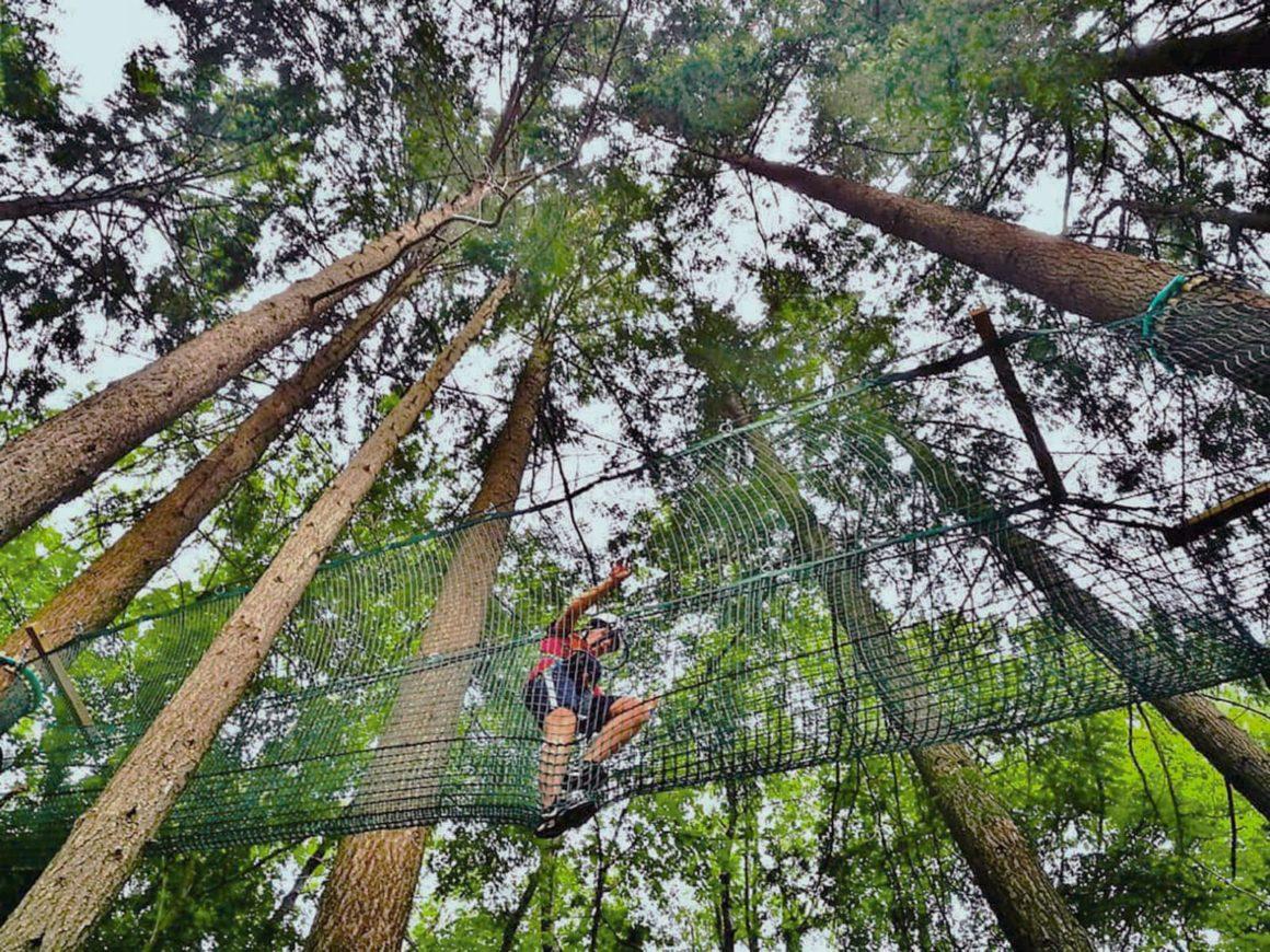 Passaggio del percorso per adulti del parco avventure in Lombardia