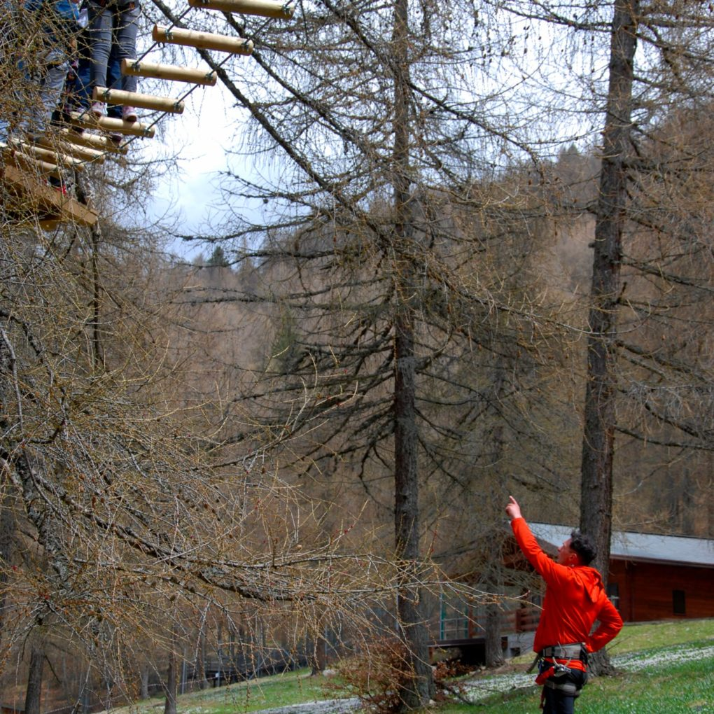 Istruttore controlla la sicurezza del parco sospeso