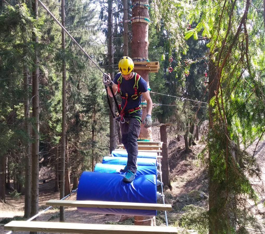 Prova di equilibrio con rulli al parco avventura di Civenna