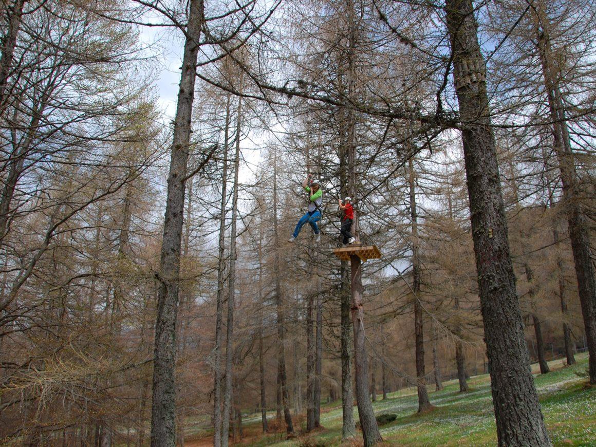 Teleferica tra gli alberi del parco divertimenti per adulti in Lombardia