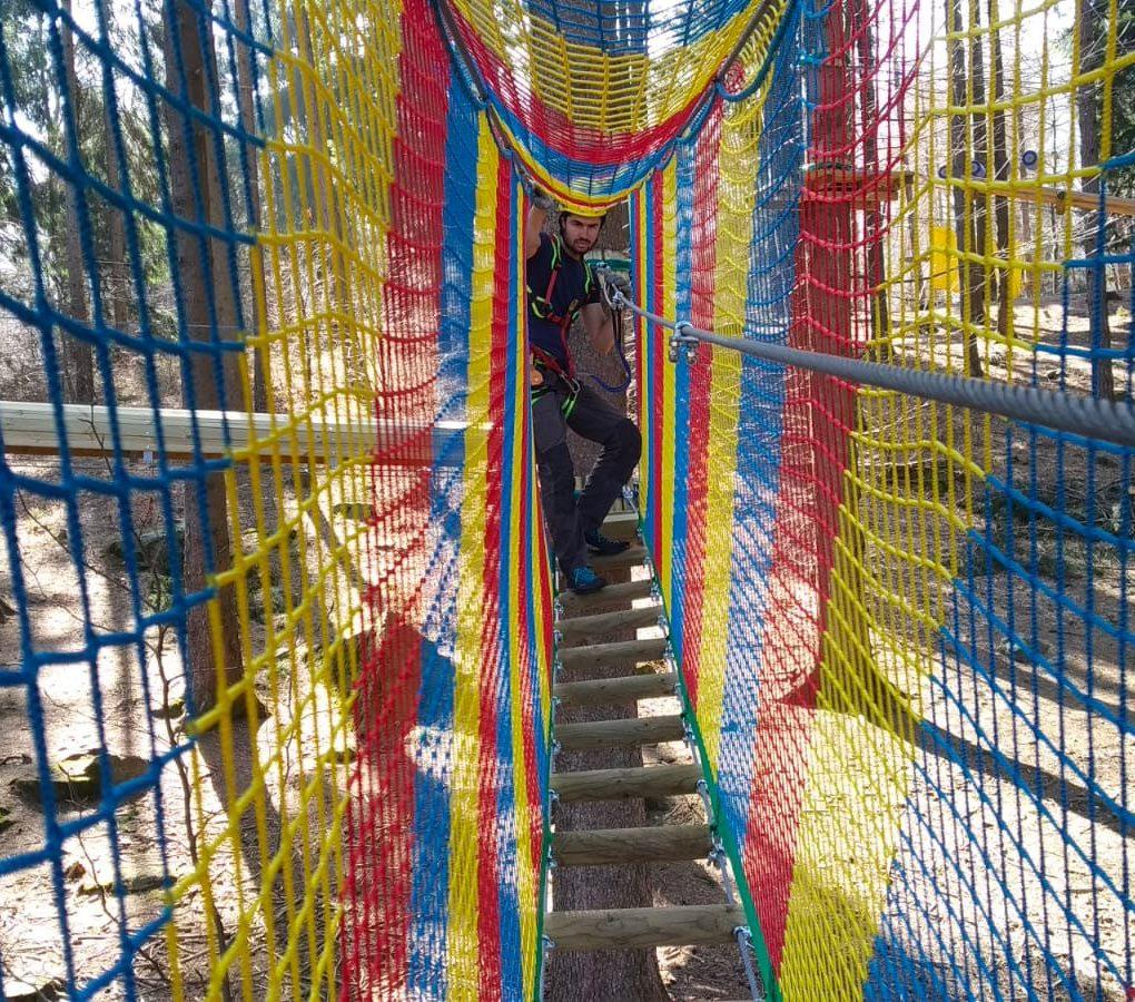 Tunnel di rete del percorso per bambini e ragazzi al parco avventura