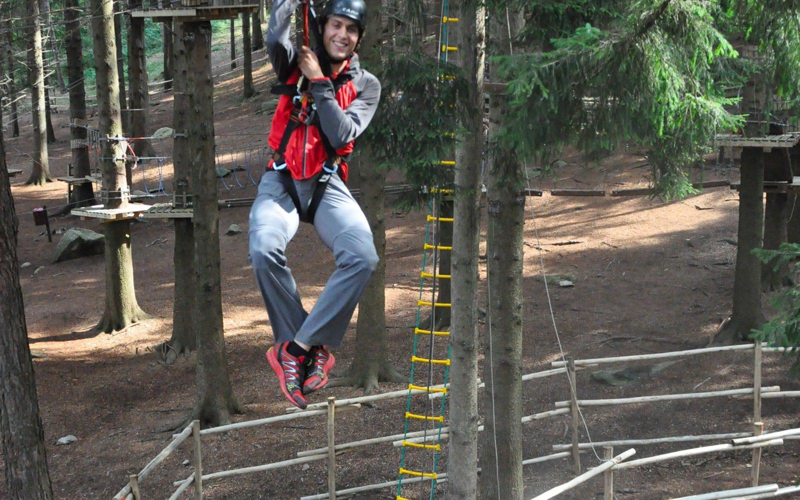 Zipline adrenalinica nel percorso per adulti del Jungle Raider Park di Civenna Zipline adrenalinica nel percorso per adulti del Jungle Raider Park di Civenna