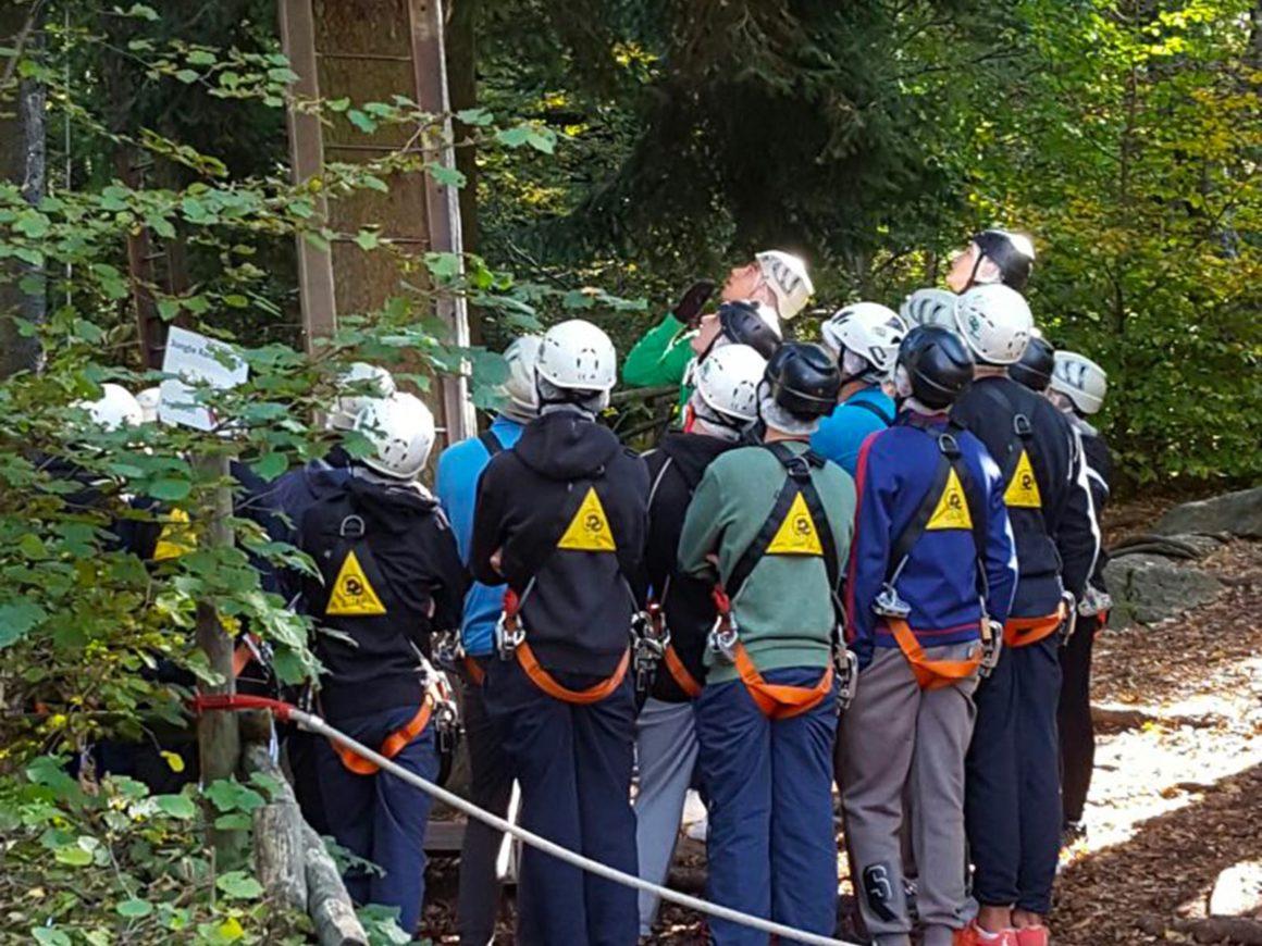 Un gruppo ascolta le spiegazioni del percorso