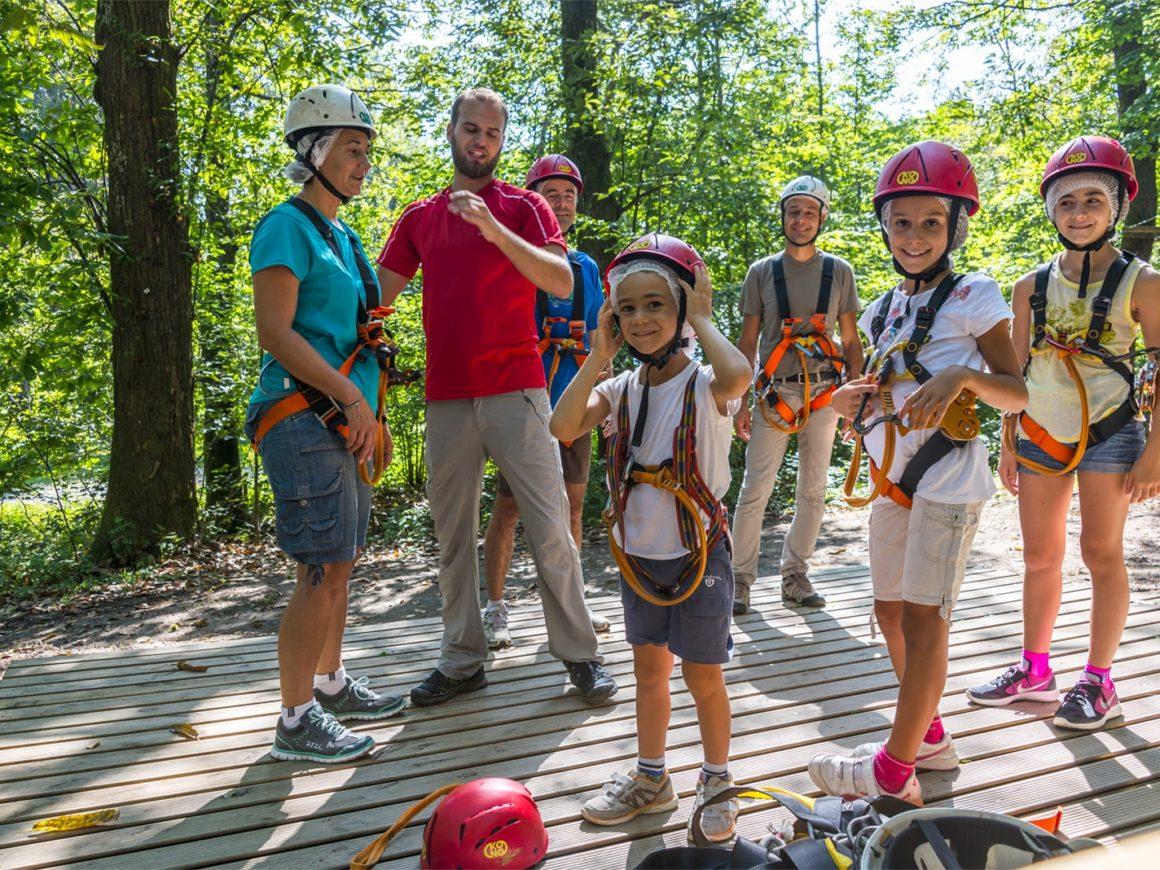 Bambini con dispositivi di sicurezza del parco avventura di Bergamo