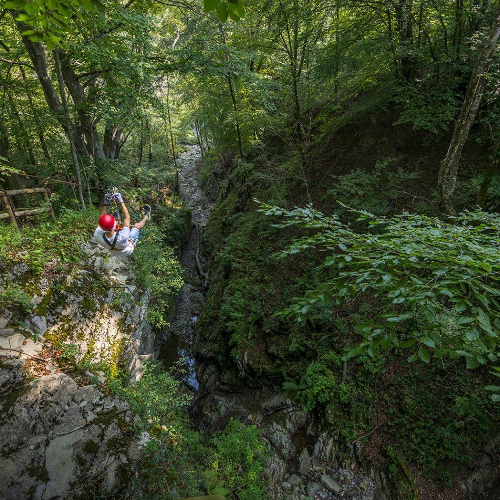 Emozionante carrucola nel parco avventura più estremo della Lombardia