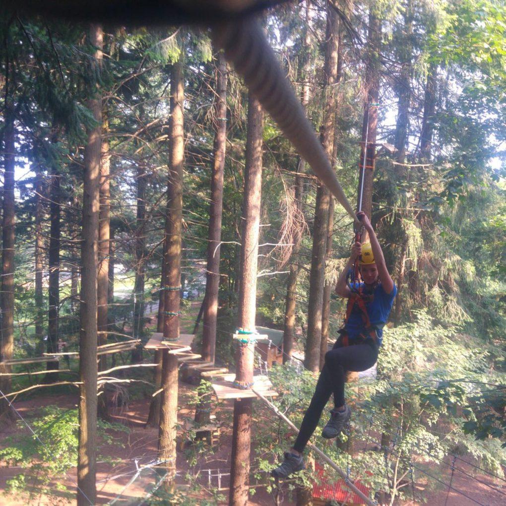 Salto con teleferica orizzontale al parco avventure