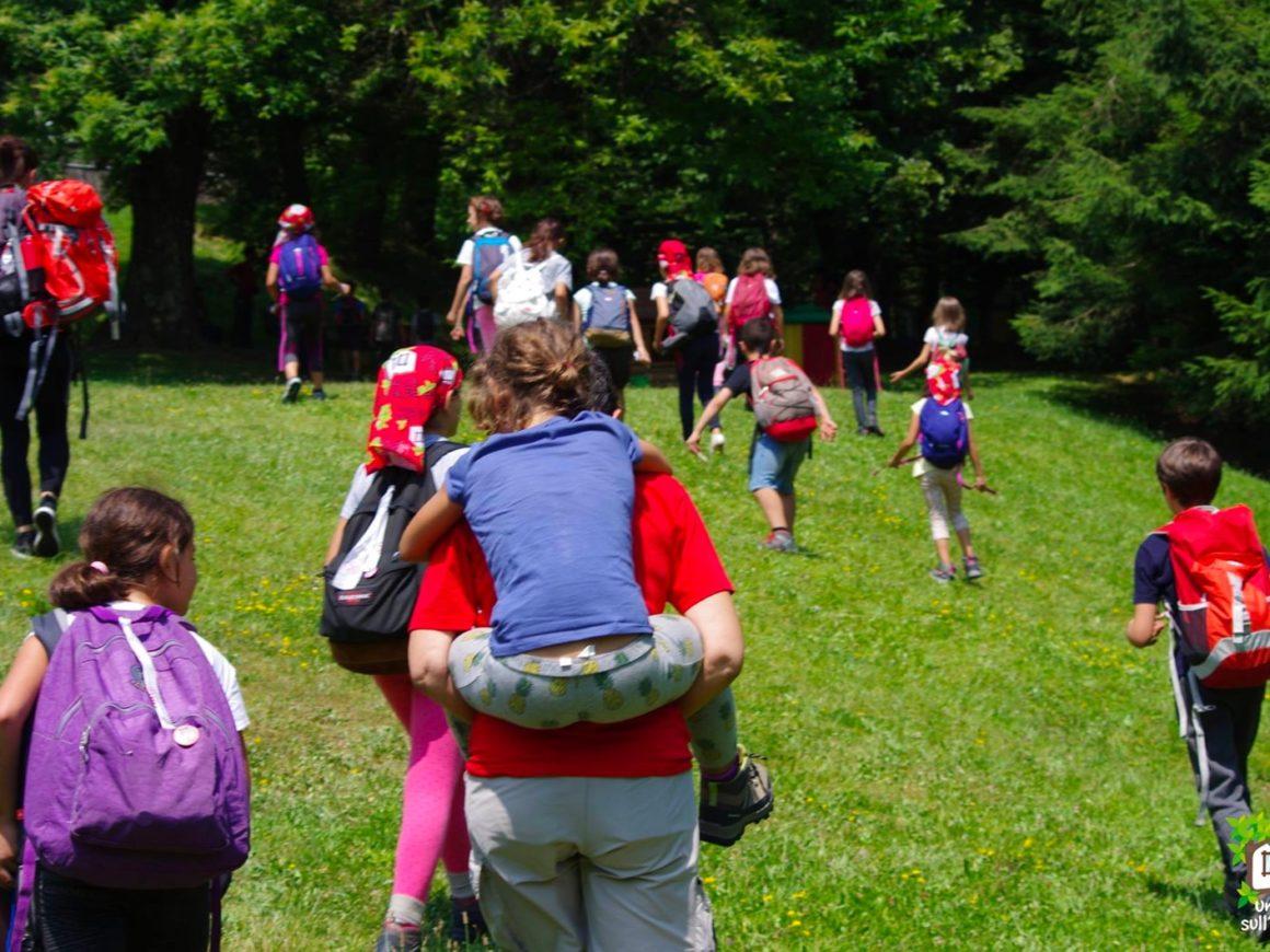Escursione per bambini e ragazzi di un centro estivo