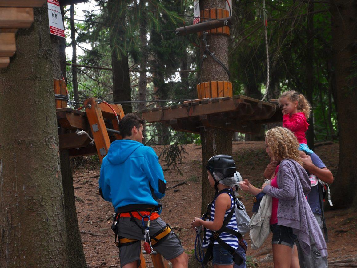 Istruttore spiega il percorso bimbi del Jungle Raider Park