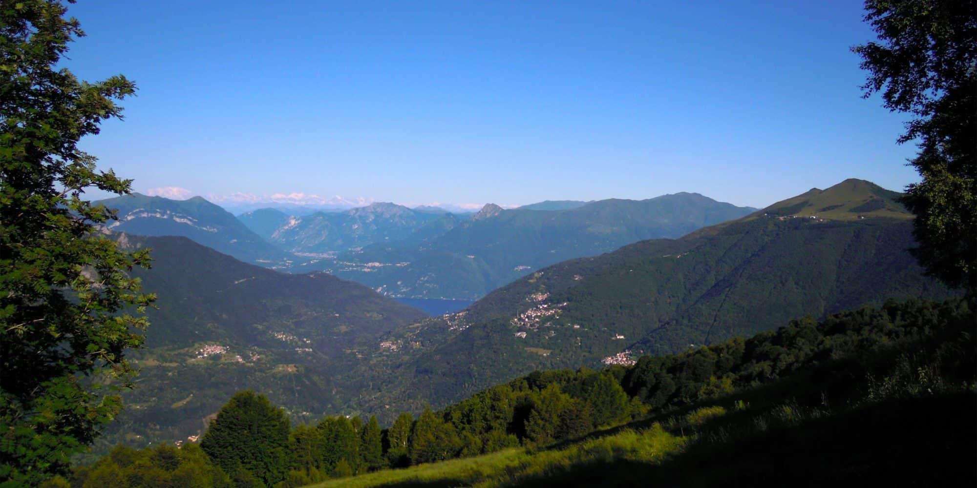 Panorama del lago e dei monti nei dintorni del Jungle Raider Park di Margno