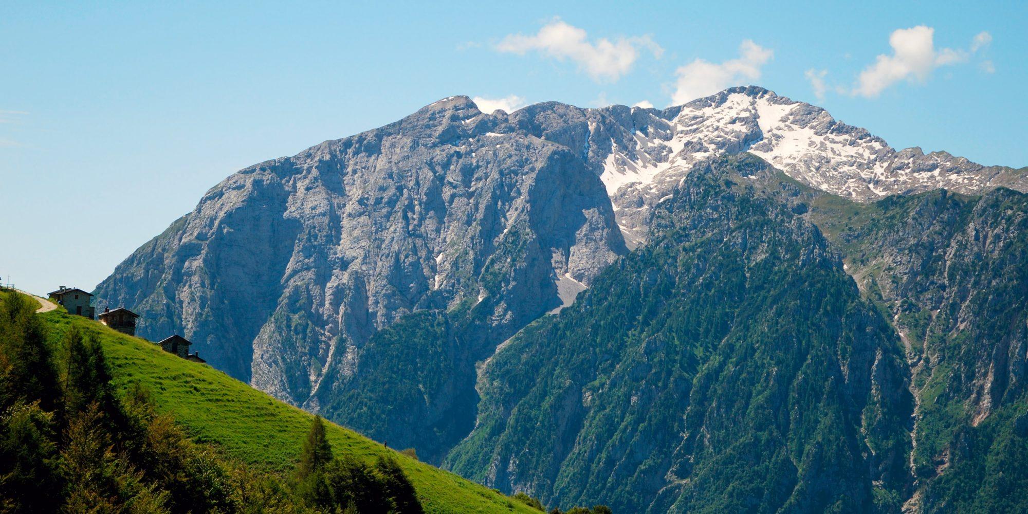 Il sentiero del larice bruciato verso gli alpeggi Ortighera e Alpe Oro.