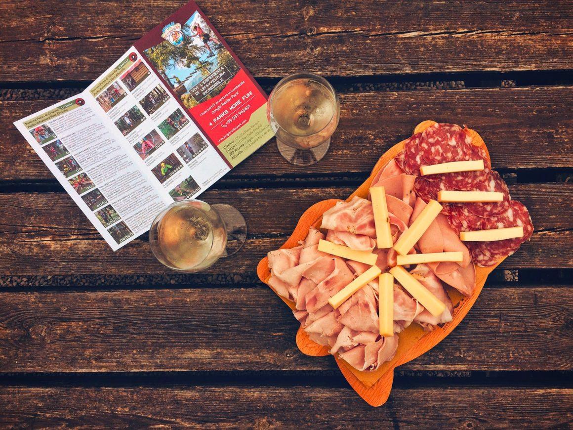 Tagliere con affettati e formaggi al Jungle Raider Park di Civenna