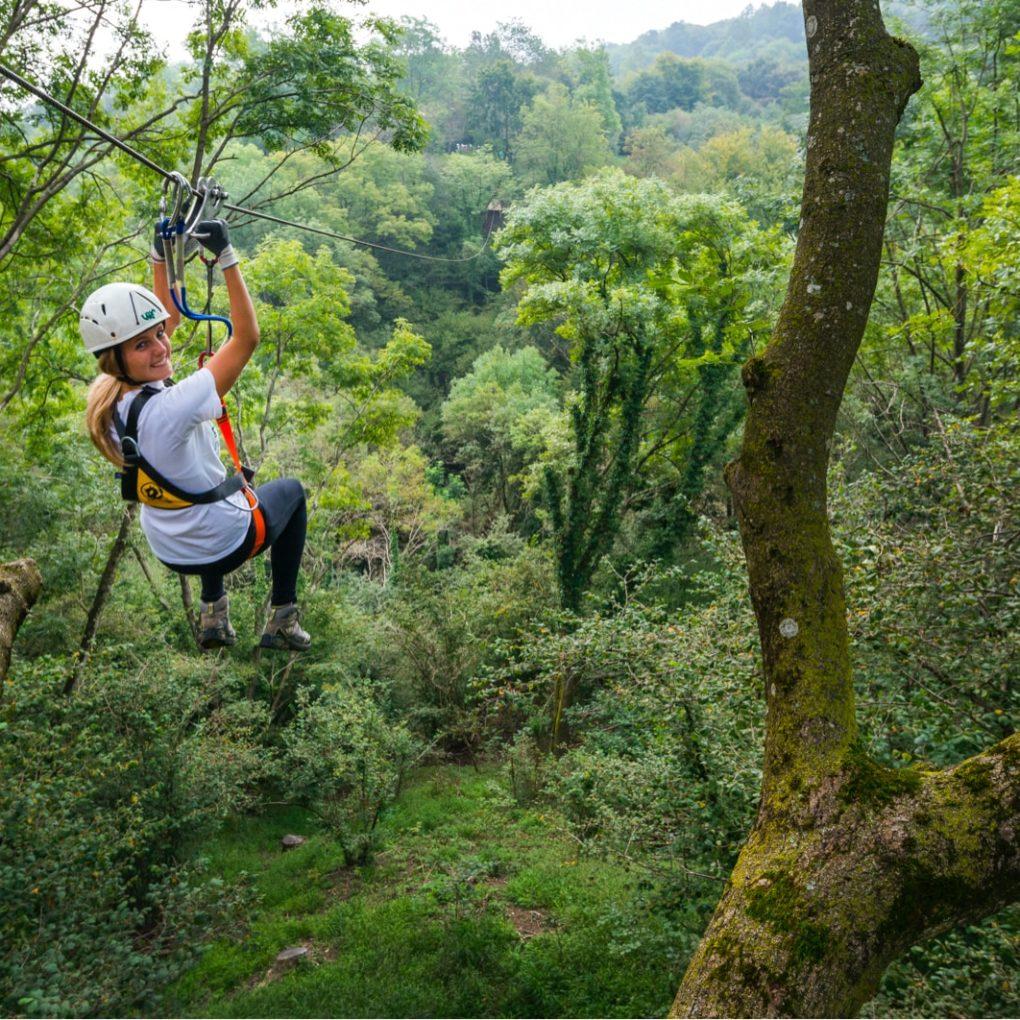 Adrenalinica teleferica nel parco avventura più estremo della Lombardia
