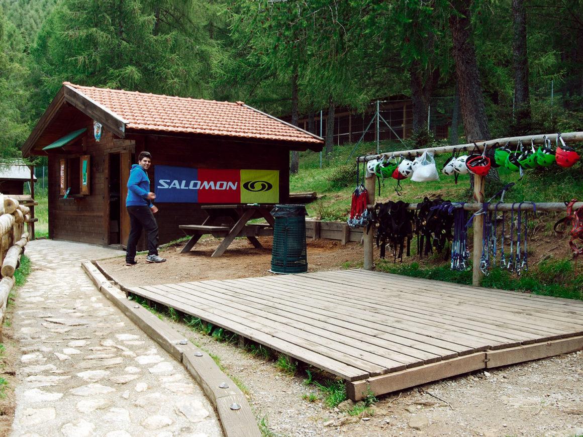 Caschi, imbracature e attrezzature di sicurezza del Parco Avventura di Margno