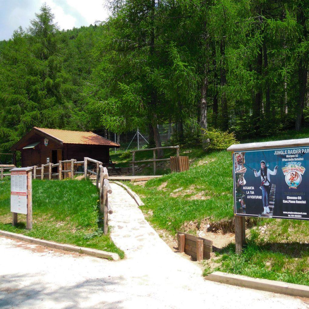 Ingresso nella natura del Jungle Raider Park a Margno