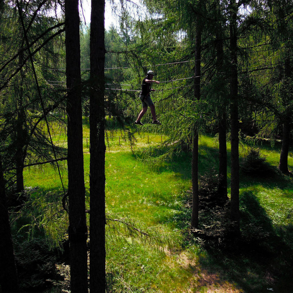 Ponte a tre corde nel parco avventura vicino a Lecco