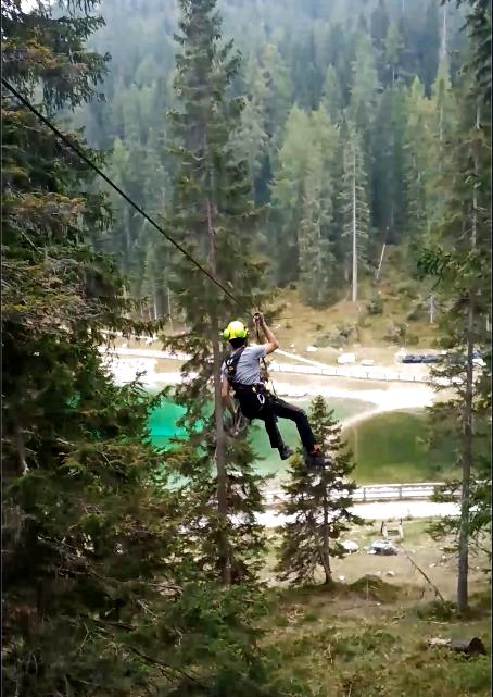 Esperto treeclimber testa una zip line a Madonna Di Campiglio